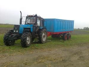 трактор МТЗ-1221 с прицепом
